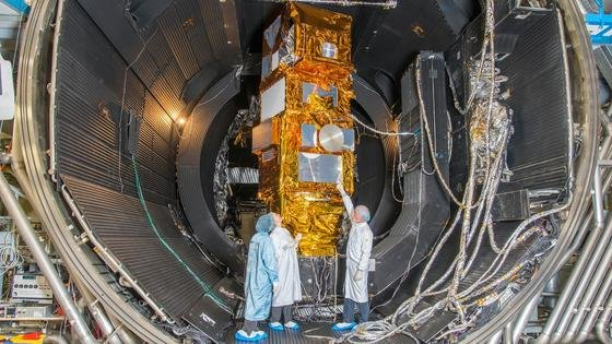 Sentinel-2A in der Vakuumtestkammer: Laut DLR ist das multispektrale Radiometer das leistungsfähigste System seiner Art.