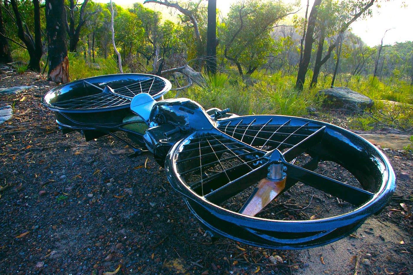 Das Hoverbike ist wie ein Motorrad für die Luft und wird von zwei Propellern angetrieben.
