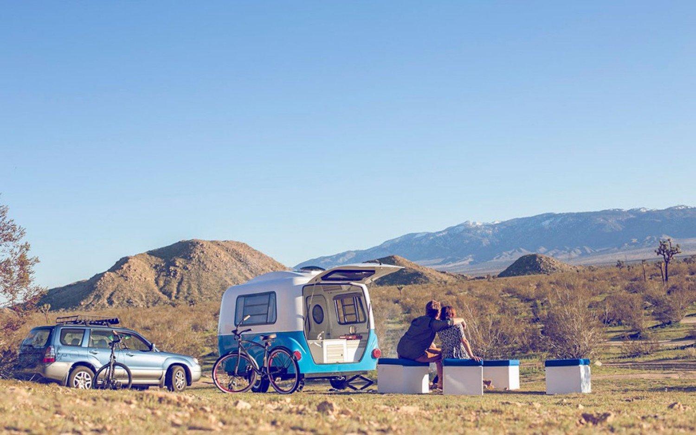 Unterwegs mit dem Happier Camper: Da der Wohnwagen nur 500 kg wiegt, lässt er sich auch mit kleinen Autos ziehen.