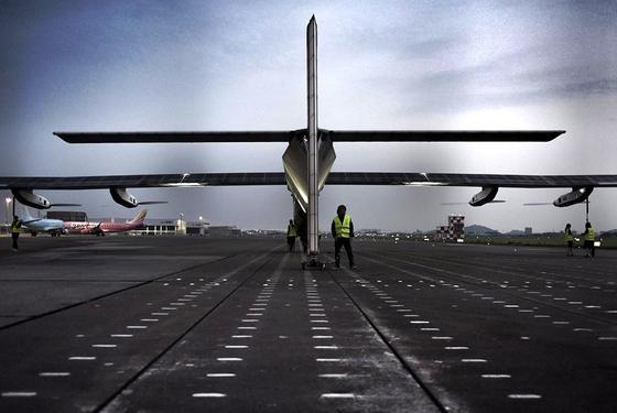 Die Solar Impulse kurz vor dem Start im japanischen Nagoya: Gestern Abend musste das Solarflugzeug erneut seinen geplanten Flug nach Hawaii wegen schlechten Wetters absagen.