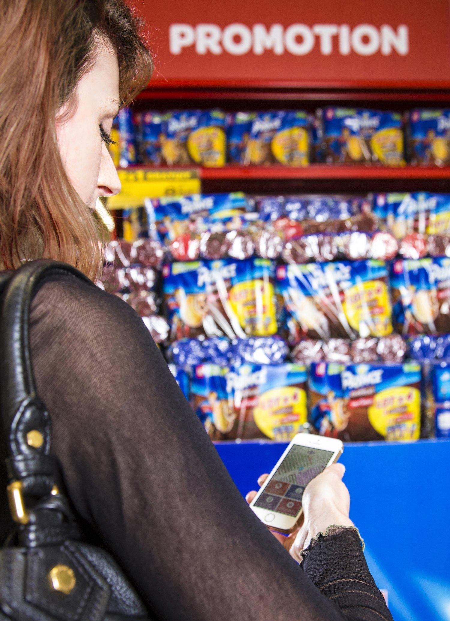 Kundin beim Einkauf: Sie überträgt ihre Einkaufsliste in eine App. Dann beginnt die Navigation zu den gewünschten Produkten.