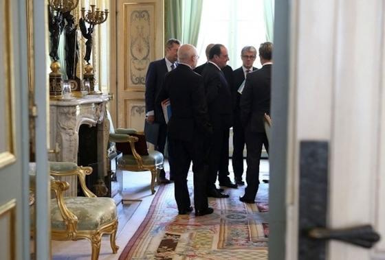 """Frankreichs Präsident François Hollande im Elysee:Der französische Verteidigungsrat debattierte am Mittwoch über das Abhören französischer Präsidenten durch die NSA. Nach der Sitzung bezeichnete die französische Regierung das Ausspähen französischer Präsidenten als """"inakzeptabel unter Verbündeten""""."""
