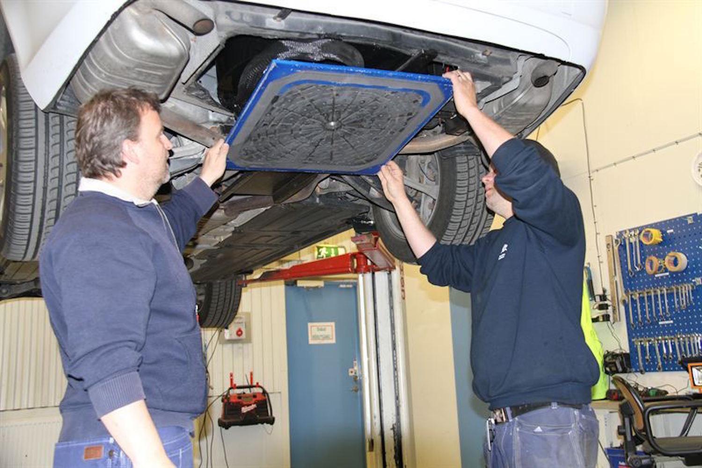 Montage der Torricelli-Bremse: Die Bremsplatte drückt bei Gefahr mit einer Kraft von 15.000 N auf die Straße.