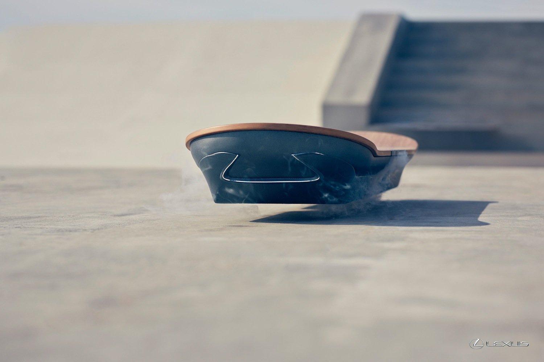 Schwebendes Hoverboard: An der Unterseite entsteht ein Magnetfeld, um das Board vom Untergrund abzustoßen.