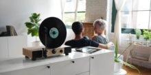 Plattenspieler spielt Vinyl in der Senkrechten ab