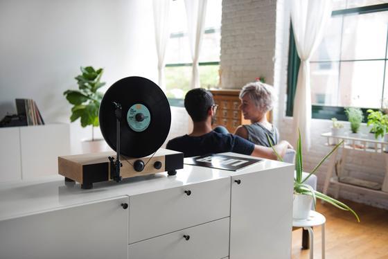 Floating Record im Einsatz: Vinylliebhaber können ihre Platten senkrecht in den Plattenspieler einlegen. Er kostet 349 US-Dollar.