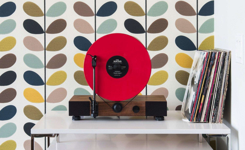 Floating Records verströmt nostalgisches Ambiente. Zu haben ist der Plattenspieler mit Walnuss- oder Ahorngehäuse.