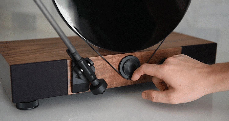 Umstellen von 33 auf 45 UPM: Der Benutzer wechselt dafür die Position des Silikonrings.