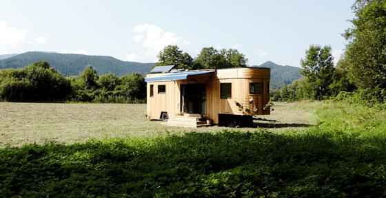 Das österreichische Start-up Wohnwagon hat ein alternatives Wohnkonzept geschaffen: Alles ist auf maximale Autarkie des Bewohners ausgelegt. Der Preis liegt zwischen 35.000 und 90.000 Euro.