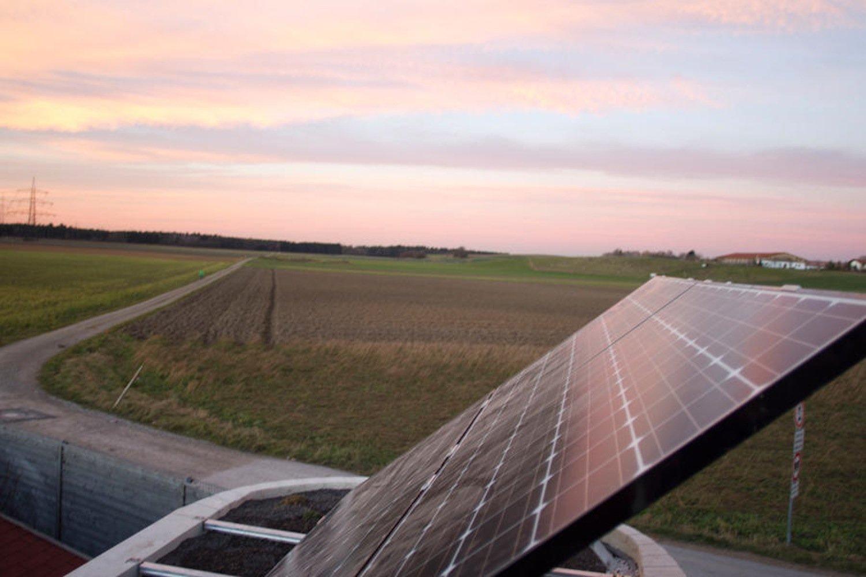 Die Fotovoltaikinsel auf dem Dach macht die Bewohner des Wohnwagons von externer Stromversorgung unabhängig.