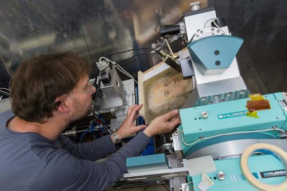 Michael Paulus von der TU Dortmund untersucht im Teilchenbeschleuniger ein Bach-Pastell, das ein Dortmunder vor einem Jahr ersteigert hat. Es weist Spuren einer Fälschung auf.