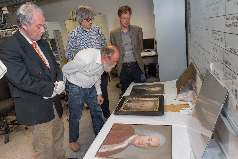 Forscher nehmen die Porträts unter die Lupe: Den Test bestanden haben Eisenachs Bach-Pastell von zirka 1830 (links) und das Pastell von 1730 (rechts). Beim Porträt in der Mitte herrscht Unsicherheit.
