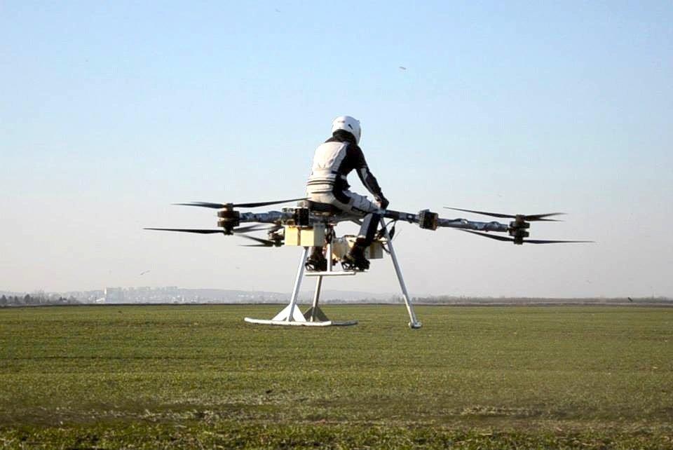 Das fliegende Motorrad Flike bei einem Testflug: Das Fluggerät soll bald bis zur Serienreife weiterentwickelt werden. Es soll sich so leicht steuern lassen wie ein Fahrrad.