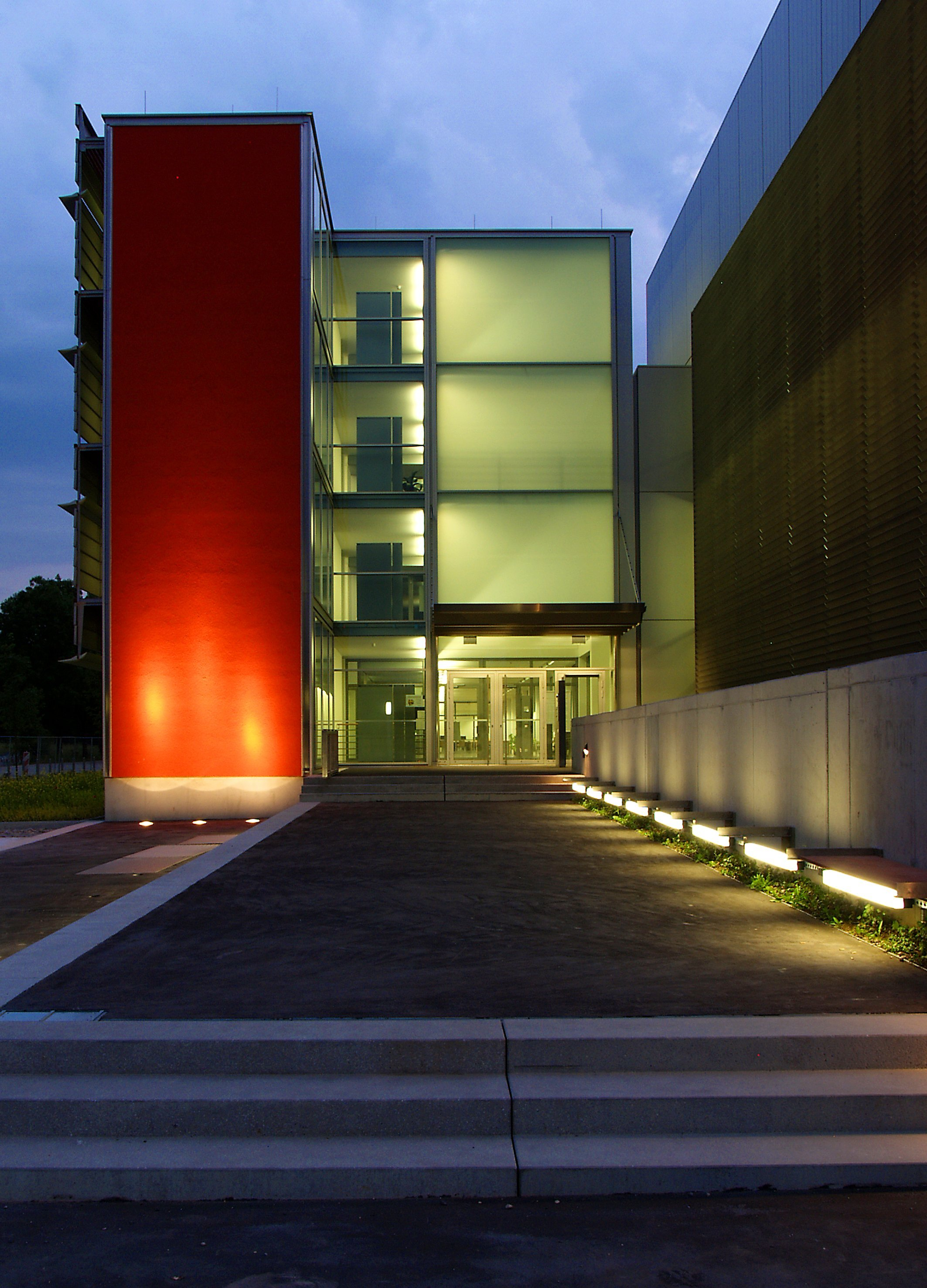 Eingang Leibniz-Rechenzentrum bei Nacht: Hier ist SuperMUC zuhause.