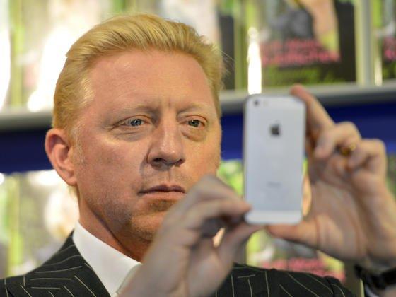 Tennis-Legende Boris Becker mit einem iPhone: Die nächste Generation des Smartphones soll einen druckempfindliches Display bekommen, über das unterschiedliche Funktionen gesteuert werden können.
