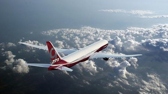 Die Flügel der neuen Boeing 777X bestehen aus einem Kohlefaser-Verbundwerkstoff. Mikrokugeln könnten Haarrisse in Zukunft während des Fluges reparieren.