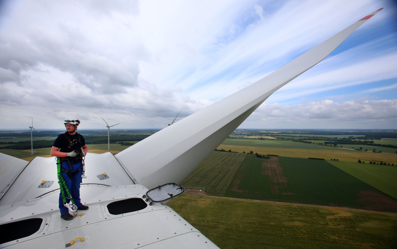 Riesige Rotorblätter der Windkraftanlagen lassen sich nur schwer warten und reparieren. Ein Selbstheilungsprozess könnte den Betrieb wirtschaftlicher machen.