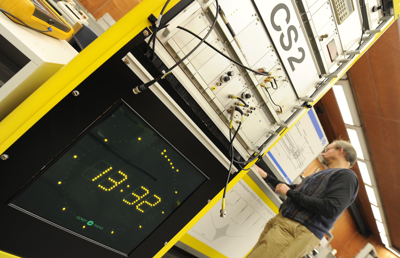 Die Atomuhr CS2 in der Physikalisch-Technischen Bundesanstalt (PTB) in Braunschweig: In der Nacht zum 1. Juli wird das Jahr 2015 um eine Sekunde verlängert. Mit solchen Schaltsekunden wird kompensiert, dass die Erde für eine Umdrehung ein kleines bisschen länger braucht als 24 Stunden. Wegen der Schaltsekunde geht die Angst um: Sensible Bereiche wie die Stromversorgung oder Satelliten-Navigation sind auf absolut zuverlässige Zeitdaten angewiesen. Die Schaltsekunde kann da einiges durcheinander bringen.
