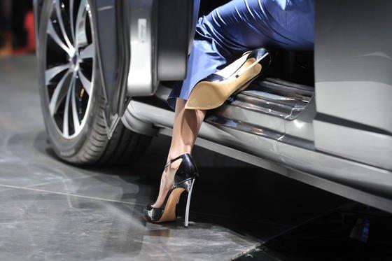 Klassische High Heels sind für viele Frauen eine Qual. Der Stöckelschuh von Thesis Couture verzichtet auf die klassische Stahleinlage, die häufig zu Rücken- und Fußschmerzen führt