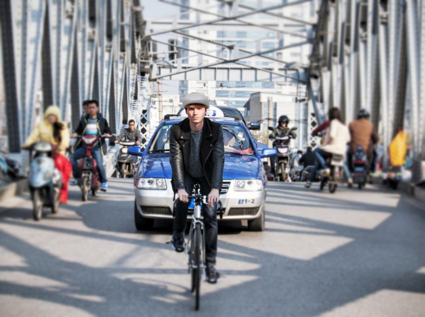 Mit Loki auf dem Kopf kann dem Radler im Straßenverkehr nicht mehr viel passieren. Am Ziel angekommen, blockiert Loki das Vorderrad.
