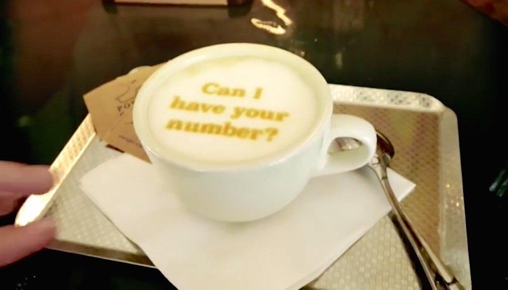 Keine Kaffeesatz-Leserei: Im 3D-Druck-Zeitalter spricht der Milchschaum. Die Botschaft ist eindeutig.