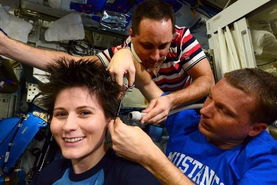 Neuer Haarschnitt für ESA-Astronautin Samantha Cristoforetti im Januar an Bord der ISS: Was ist die strahlenden Augen der Italienerin nicht verraten, sind die Probleme, die Astronauten in der Schwerelosigkeit mit dem sich verschlechternden Sehvermögen haben. Das Deutsche Zentrum für Luft- und Raumfahrt will den Ursachen nun auf den Grund gehen.