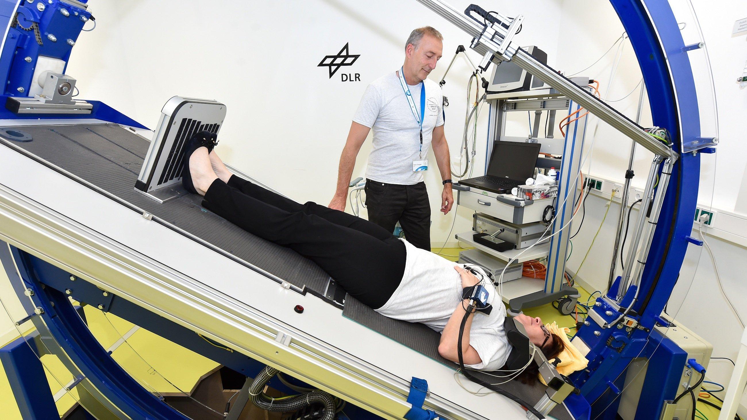 Kopf nach unten: Wissenschaftler des Deutschen Zentrums für Luft- und Raumfahrt legen Testpersonen auf einen Kipptisch, damit das Blut in den Kopf läuft. So wollen die Auswirkungen auf das Sehvermögen untersuchen.