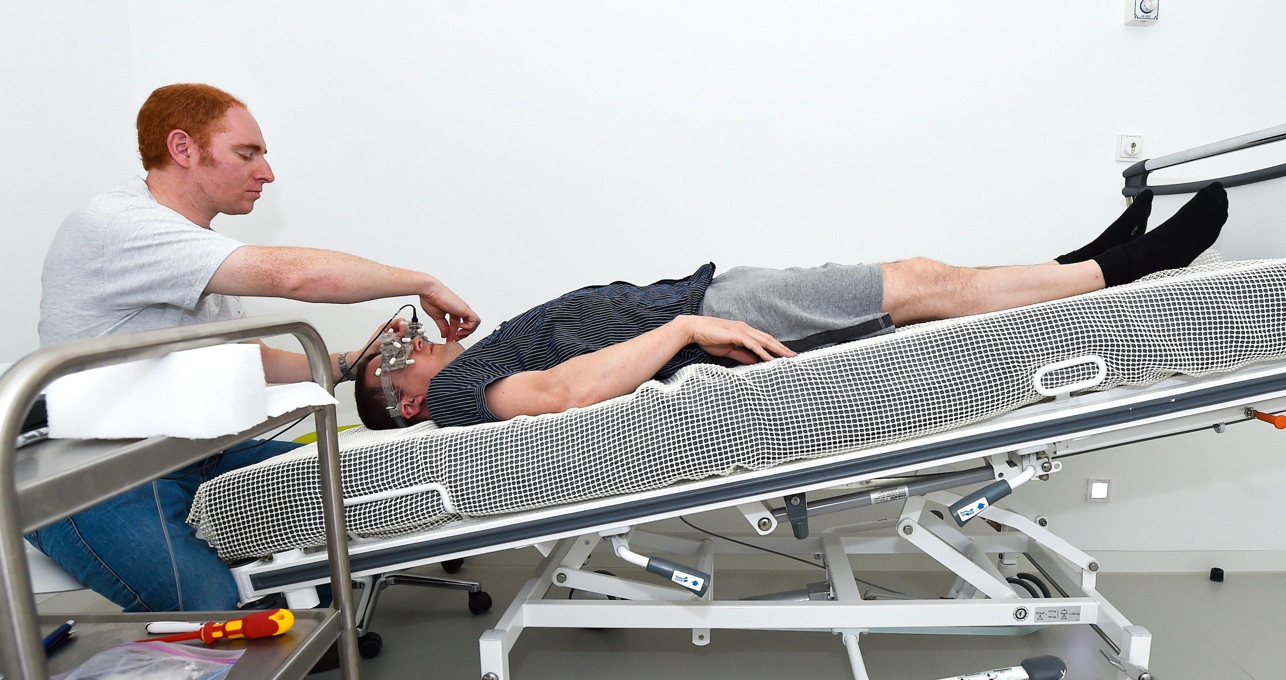 Mit einem nicht-invasiven Hirndruckmesser wird während der Testreihe im DLR die Blutflussgeschwindigkeit und der Hirndruck ermittelt.