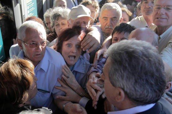 Aus Angst vor der Staatspleite stürmen griechische Rentner zu Banken. Der britische Schuhverkäufer Thom Feeney hat das Spiel der Politiker satt und setzt auf seine Indiegogo-Kampagne.