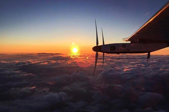 Die Solar Impulse über den Wolken auf dem Flug von Japan nach Hawaii: Noch muss das Flugzeug 1500 km zurücklegen.