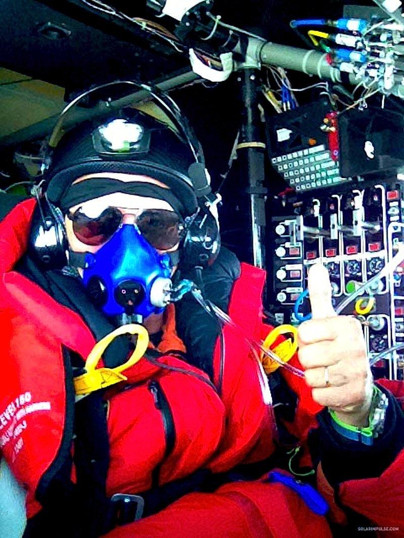 Selbstportrait von Pilot André Borschberg im Cockpit der Solar Impulse: Borschberg hat Dreiviertel der Strecke nach Hawaii geschafft.