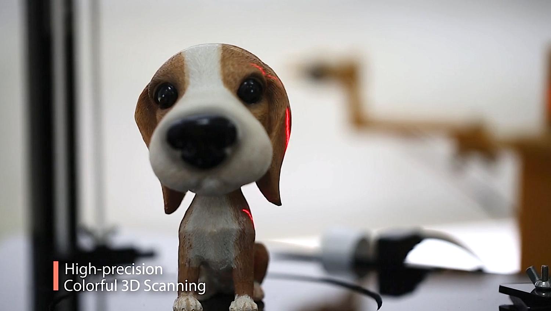 Ares bei der Arbeit: Der 3D-Drucker scannt Objekte und reproduziert sie.