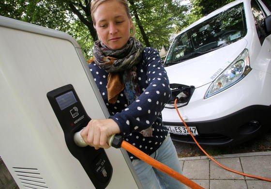 Stromtankstelle in Duisburg: Der Bundesverband eMobilität wirft der Politik vor, beim Thema Infrastruktur zu versagen. Nach wie vor gebe es keine ausreichende Ladeinfrastruktur.