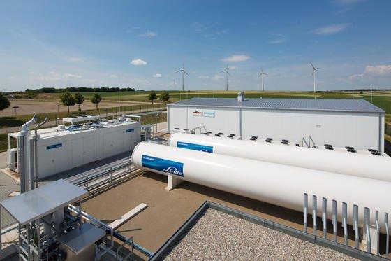 """Energiepark Mainz: Das weltweitgrößte Elektrolysesystem seiner Art wandelt """"überschüssige"""" Erneuerbare Energie durch die Zerlegung von Wasser in Wasserstoff. Dieser kann gespeichert und später bedarfsgerecht verwendet werden. Damit werden Erneuerbare Energien flexibler einsetzbar und stehen dann zur Verfügung, wenn sie gebraucht werden. Im Bild zu sehen sind alle technologischen Komponenten der beteiligten Partner."""