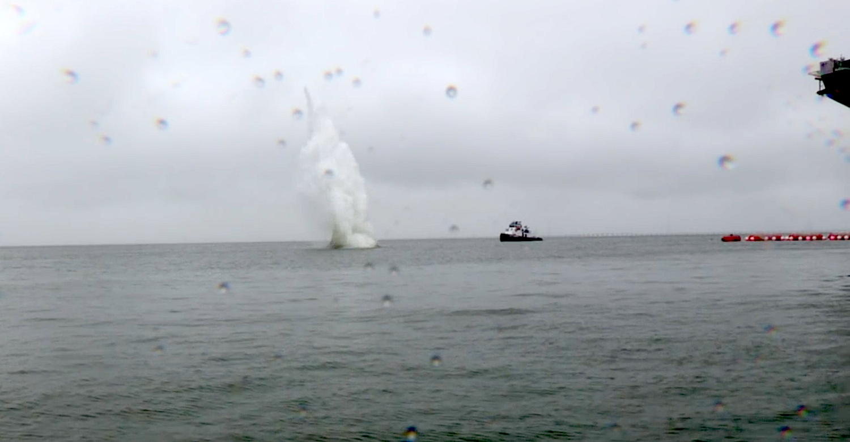 Test auf dem Flugzeugträger Gerald R. Ford: Der Stahlblock fliegt einige hundert Meter weit und schlägt auf dem Wasser auf.