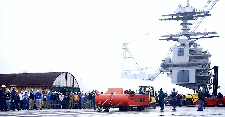 Tests auf dem Flugzeugträger Gerald R. Ford: Die Ingenieure testen das Beschleunigungssystem mit einem 36 t schweren Stahlblock auf Rädern.