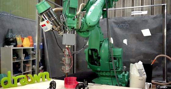 Galatéa bei der Arbeit: Der ehemalige Industrieroboter ist jetzt ein riesiger 3D-Drucker.