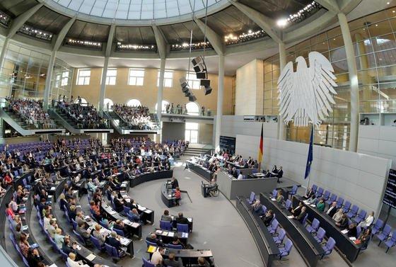 Am 6. Juli beginnt die parlamentarische Sommerpause des Bundestags. Dann schalten Computerexperten das gehackte Netzwerk Parlakom für vier bis fünf Tage ab.