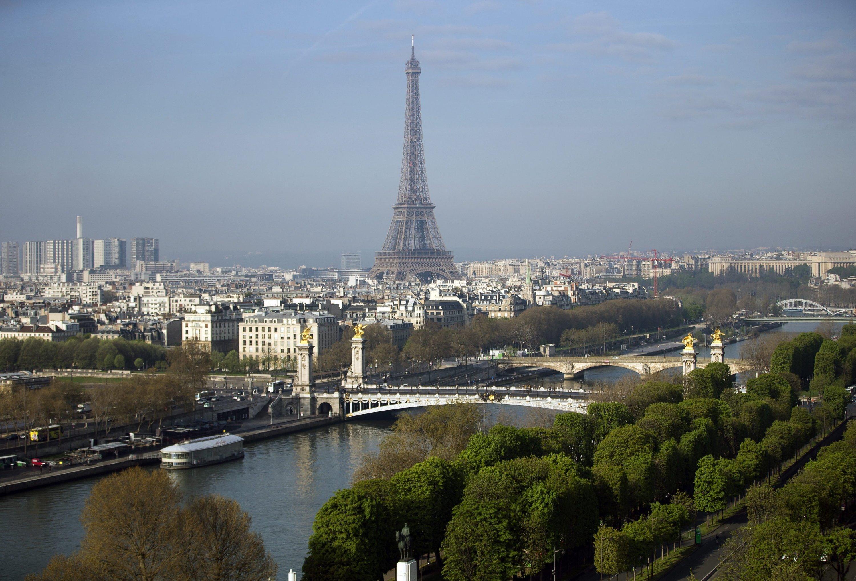 Das Wahrzeichen von Paris, der Eiffelturm (im Hintergrund), bekommt Konkurrenz.
