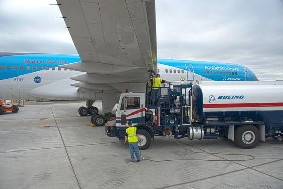 Auftanken der Boeing ecoDemonstrator 757: Das Forschungsflugzeug erprobt gerade das Fliegen mit Kerosin, das 5 % Biosiesel enthält.
