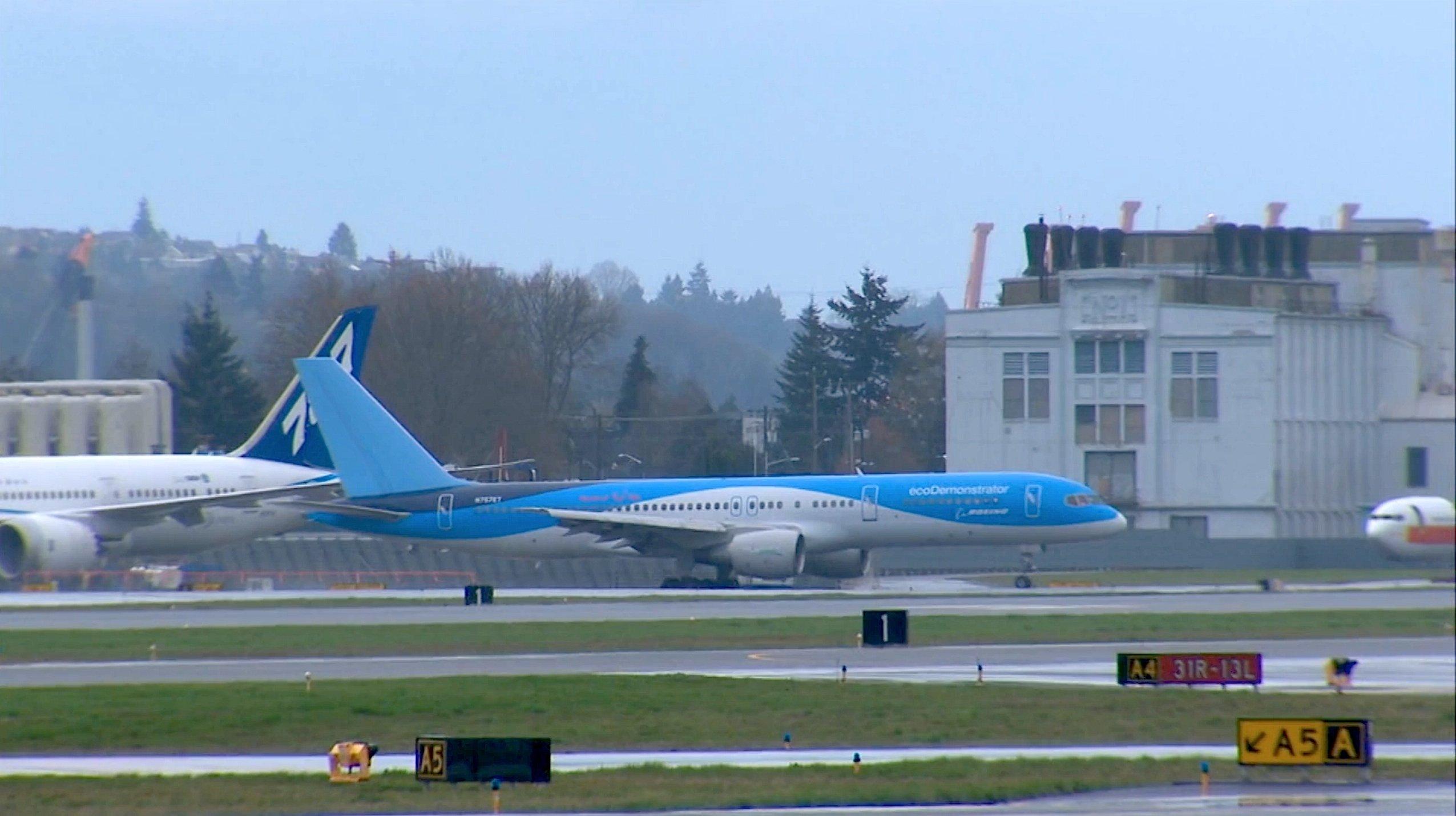 Start der ecoDemonstrator 757 in Seattle: Die TUI-Maschine wurde mit elektronischen Fenstern ausgerüstet, die aus der Temperaturdifferenz von bis zu 70 °C zwischen Außen und Innen Strom erzeugen sollen.