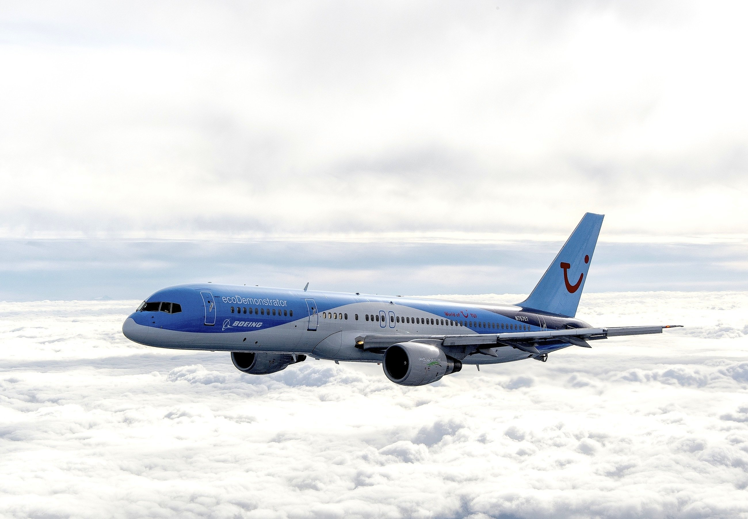Die ecoDemonstrator 757 von Boeing und TUI über den Wolken: Das Flugzeug absolviert gerade Testflüge, um neue Techniken zu erproben. So sind die Tragflächen besonders beschichtet, um das Ankleben von Insekten zu verhindern und den Luftwiderstand zu verbessern.