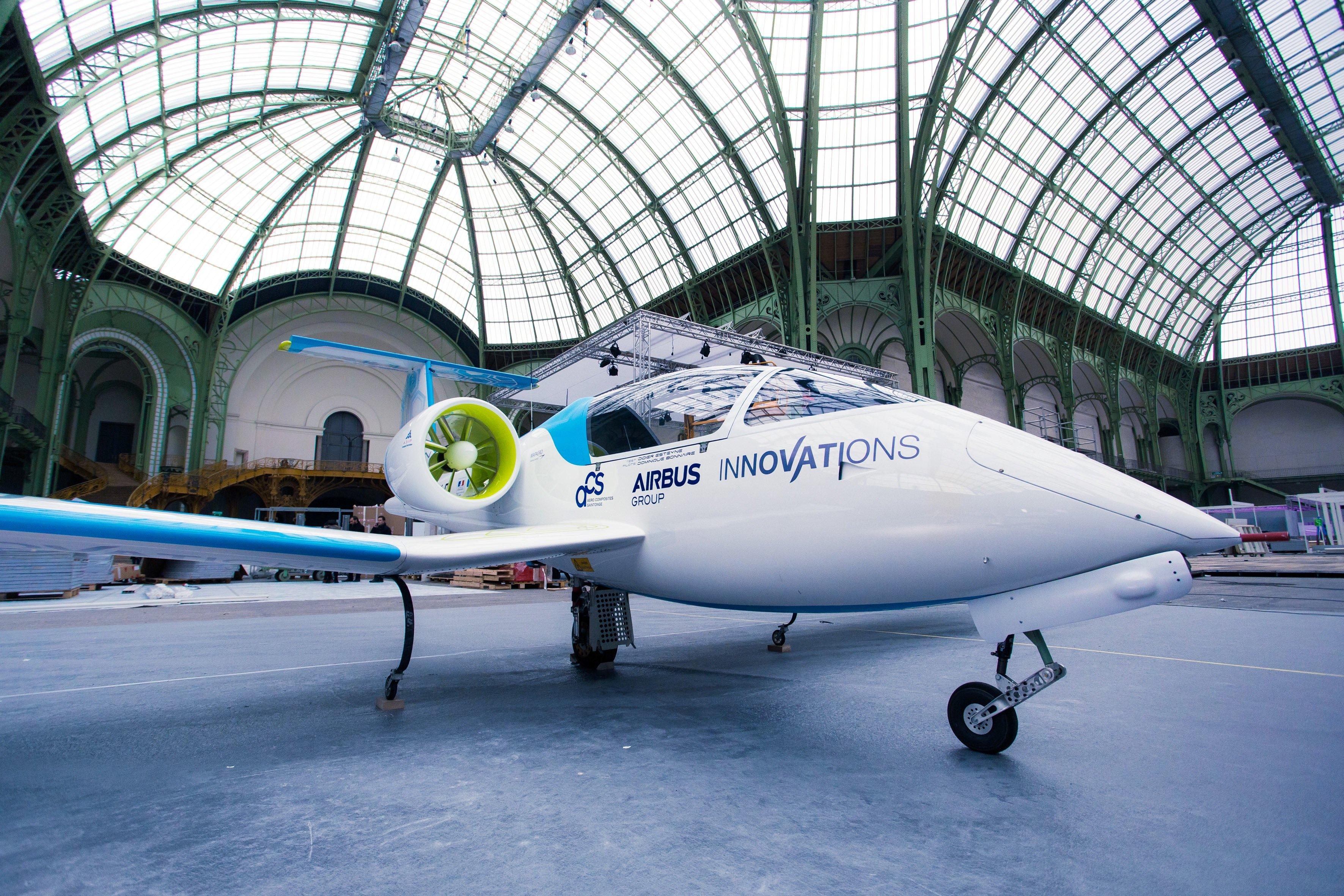 Die E-Fan von Airbus im Grand Palais in Paris: Am 10. Juli hebt das Flugzeug zum ersten Flug eines Elektroflugzeuges über den Ärmelkanal ab.