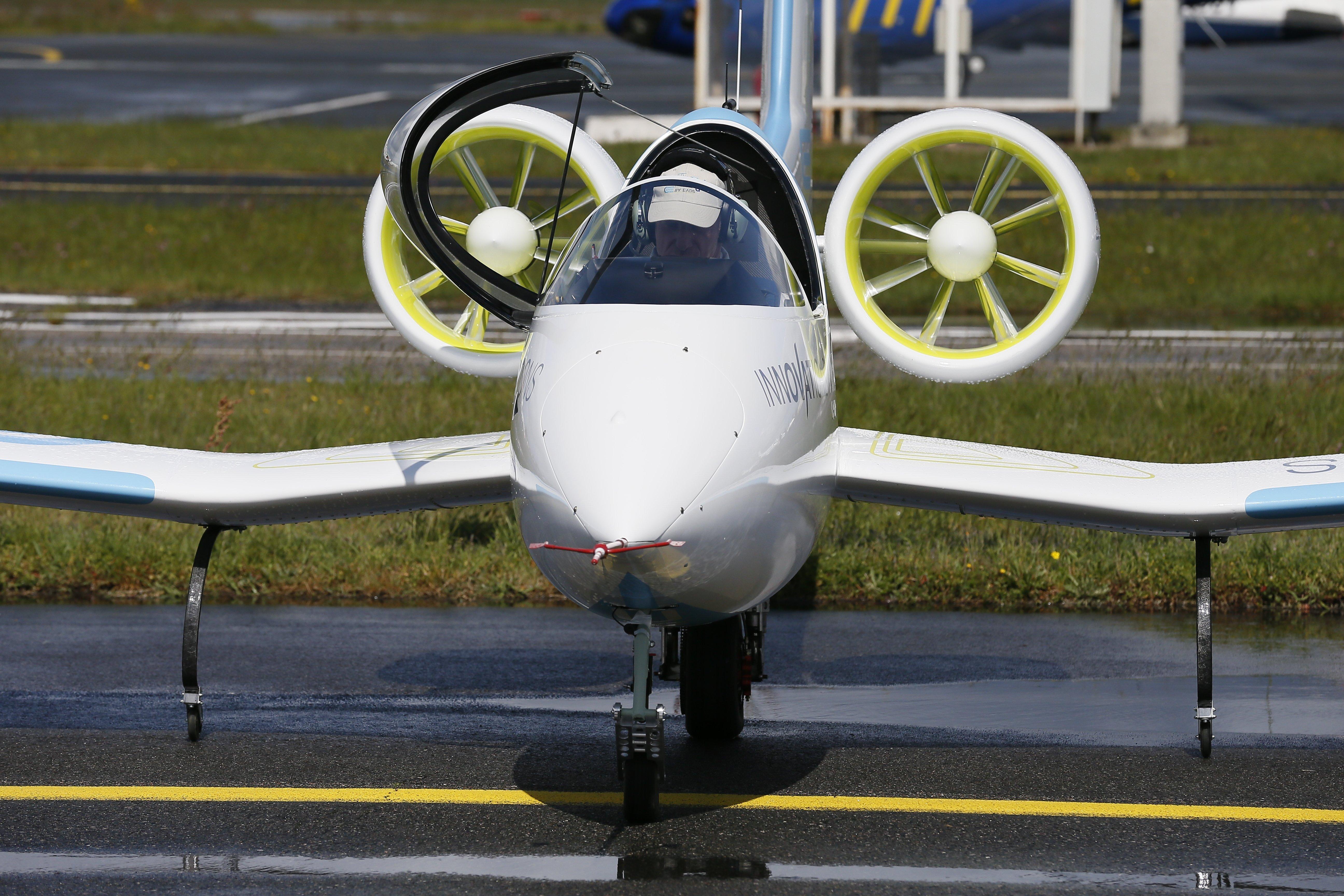 Die E-Fan von Airbus wird von zwei Rotoren angetrieben, die am hinteren Rumpf befestigt sind. Bei 60 km/h hebt die E-Fan ab.