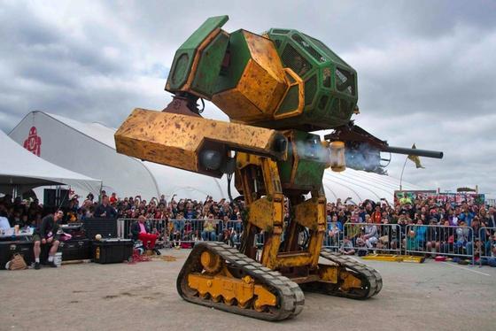 MK II von Megabot: Der Koloss fährt auf Ketten, wiegt 6,8 t und schießt mit 1,6 kg schweren Paintballkugeln.