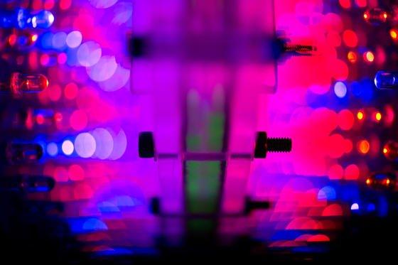 LED-Panele mit blauen und roten Lampen bestrahlen eine Reaktorkammer in einer Box, die als Prototyp eines Photobioreaktors dient. Forscher versuchen durch den Einsatz von Algen im Weltraum Sauerstoff und Nahrung für Astronauten herzustellen.