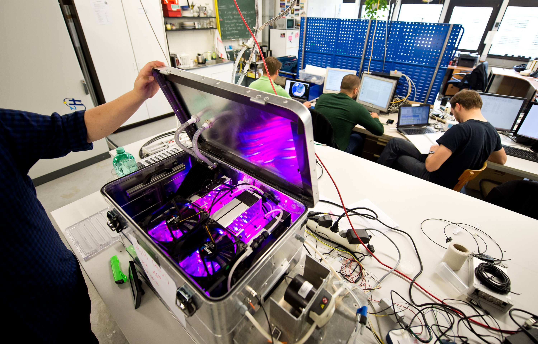 Der an der Uni Stuttgart entwickelte Photobioreaktor zur Algenzucht im All passt in einen Koffer. Die Anlage muss noch optimiert werden, um mehr Nahrungsmittel zu liefern.