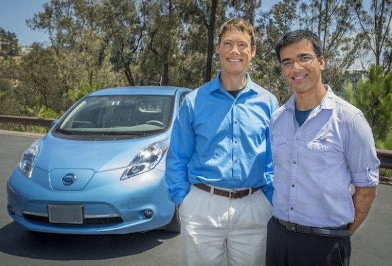 Die Berkeley-Lab-Forscher Jeff Greenblatt (li.) und Samveg Saxena vor dem Elektroauto Nissan Leaf, auf dessen Daten ihre Berechnungen basieren.
