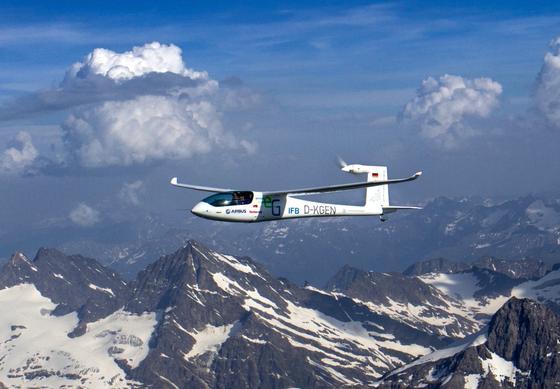 Als erstes Elektroflugzeug der Welt hat die e-Genius der Universität Stuttgart in nur zwei Stunden die Alpen überquert.