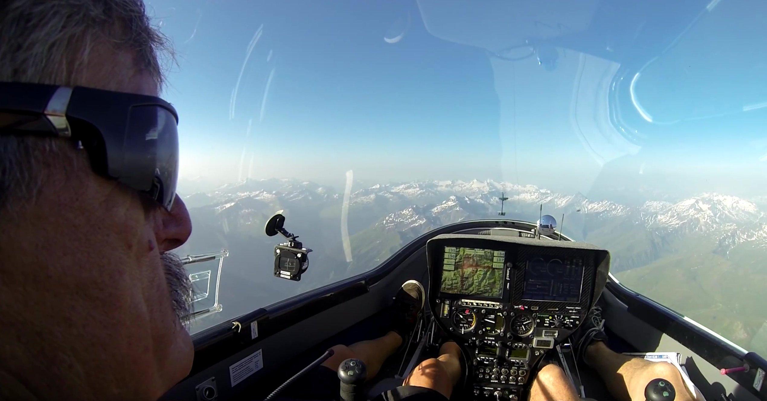 Pilot Klaus Ohlmann mit einem fantanstischen Blick auf die schneebedeckten Alpen. Die e-Genius erreichte eine Flughöhe von 4000 m.